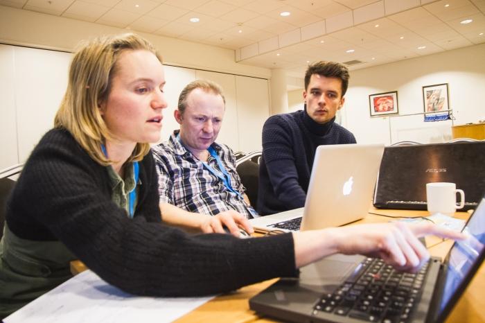 Team Klippfisk: – Det stilles store forventninger til journalister om tekniske ferdigheter, sier Thomas Seremet (t.h.) Fra venstre: Berit Villadren O'Flynn og Lasse Hjorth Madsen. Foto: Ingrid Tinmannsvik